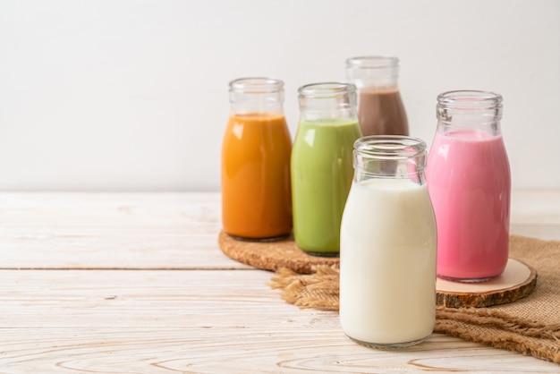 Thaise melkthee, matcha groene thee latte, koffie, chocolademelk, roze melk en verse melk in fles