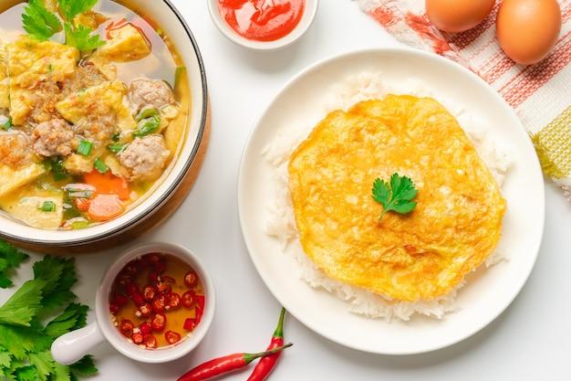 Thaise omelet met omeletsoep in bovenaanzicht (thais eten)