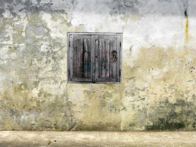 Thaise oude houten deur met witte muur