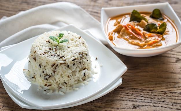 Thaise panang curry met kom witte en wilde rijst