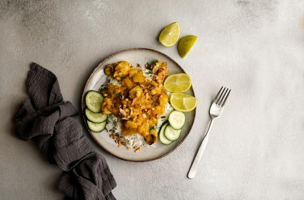 Thaise pindakip met pittige limoen-mangocurry