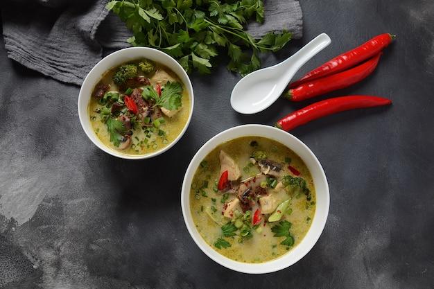 Thaise pittige groene curry kippensoep met kokosmelk, champignons en broccoli.