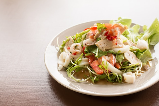 Thaise pittige salade met inktvissen, garnalen, vis en groente