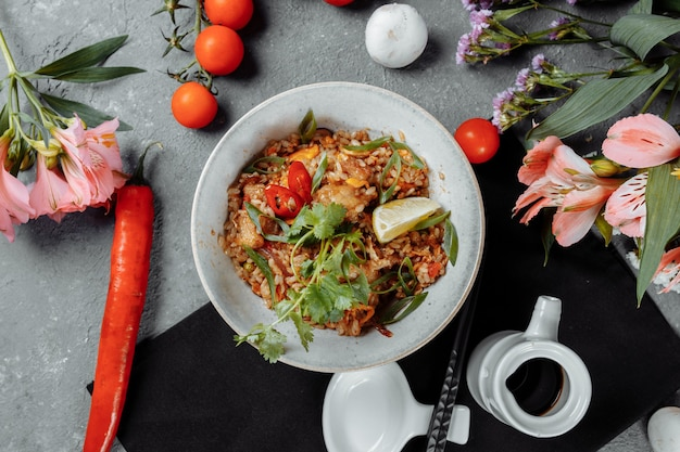 Thaise rijst met kip en groenten.