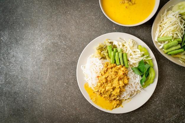 Thaise rijstnoedels met krabcurry en een verscheidenheid aan groenten