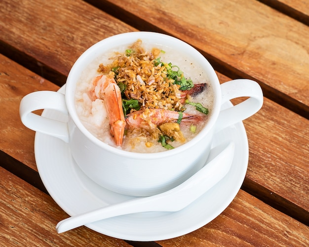 Thaise rijstsoep met garnalen op de thaise ontbijttafel