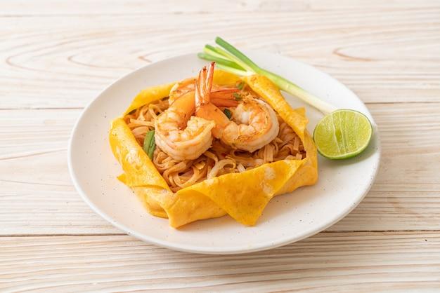 Thaise roergebakken noedels met garnalen en eieromslag (pad thai) - thais eten