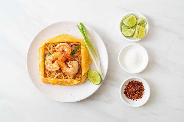 Thaise roergebakken noedels met garnalen en eierpakking (pad thai)