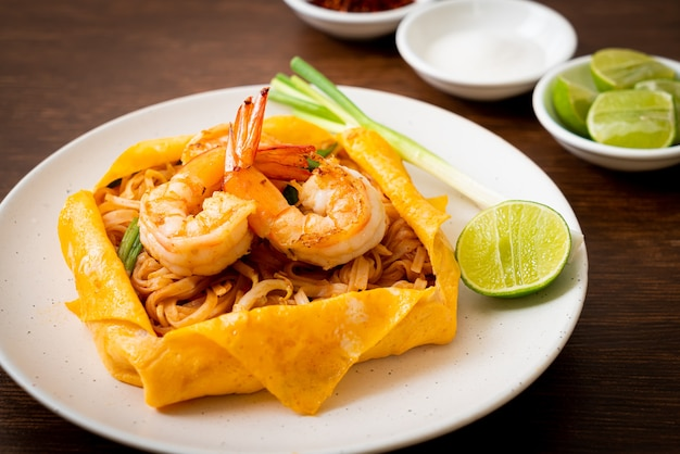 Thaise roergebakken noedels met garnalen en eierwrap (pad thai) - thais eten