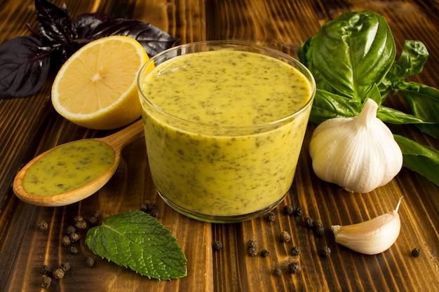 Thaise saus met basilicum en citroen op de bruine houten