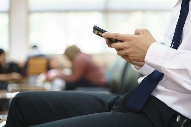 Thaise student gebruikt mobiele telefoon