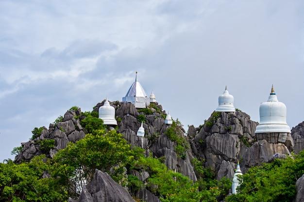 Thaise tempel in rotsachtige bergen