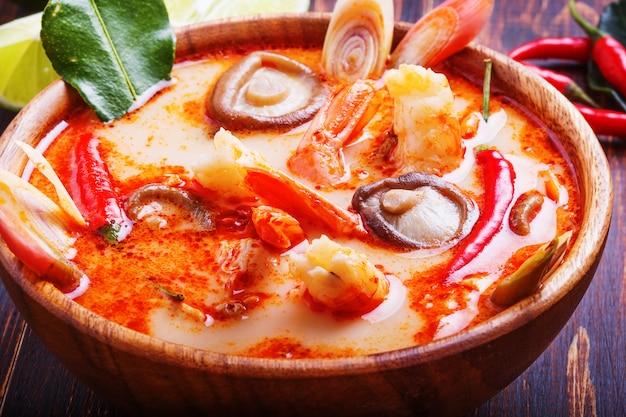 Thaise tom yam-soep met garnalen en paddestoelen