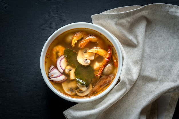 Thaise tom yum soep in een witte kom