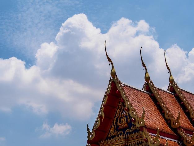 Thaise traditionele daktegels op blauwe hemelachtergrond