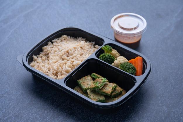 Thaise traditionele gebakken rijst in rijst doos met dipsaus aan de zijkant