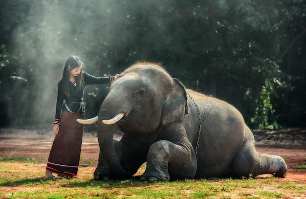 Thaise traditionele modieuze dame met olifant
