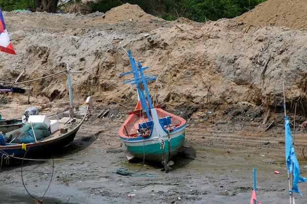 Thaise vissersboot gebruikt als een voertuig voor het vinden van vis in de zee