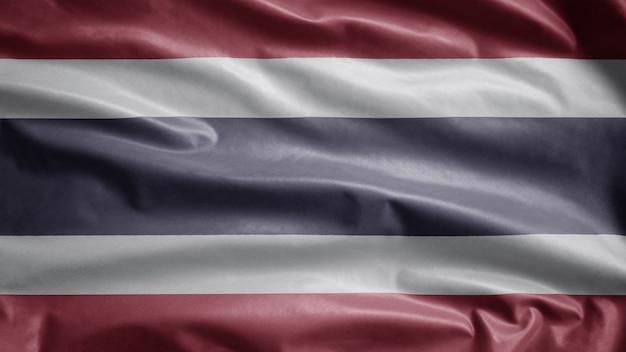 Thaise vlag wappert in de wind. close-up van thailand sjabloon blazen, zachte en gladde zijde. doek stof textuur ensign achtergrond