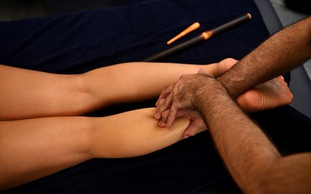 Thaise voetmassage in de spa salon. lichaamsverjongende, lichaamsverzorgingsconcepten