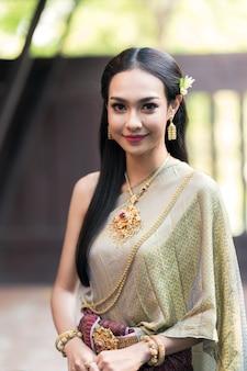 Thaise vrouw die traditionele kostuums draagt in de oudheid tijdens de ayutthaya-periode