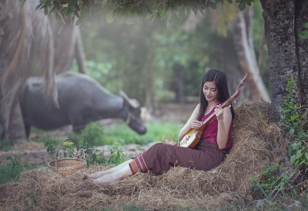 Thaise vrouw die volkslied met speld speelt