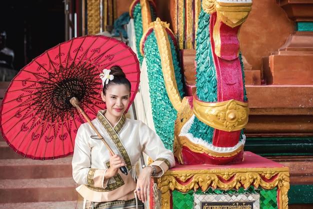 Thaise vrouw in klederdracht van thailand