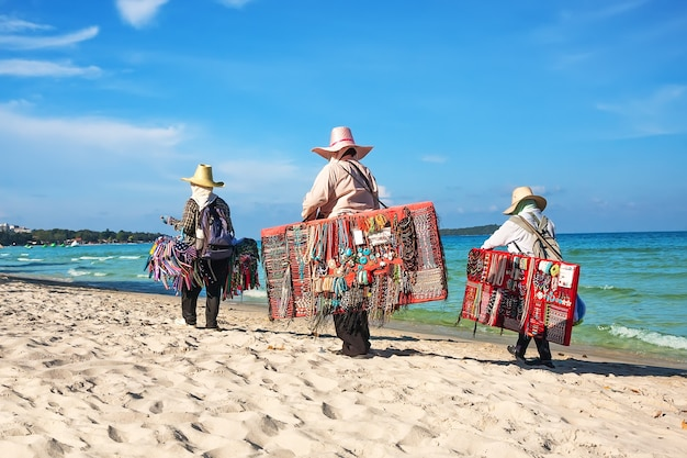 Thaise vrouwen die strandkleding verkopen bij strand in koh samui, thailand.