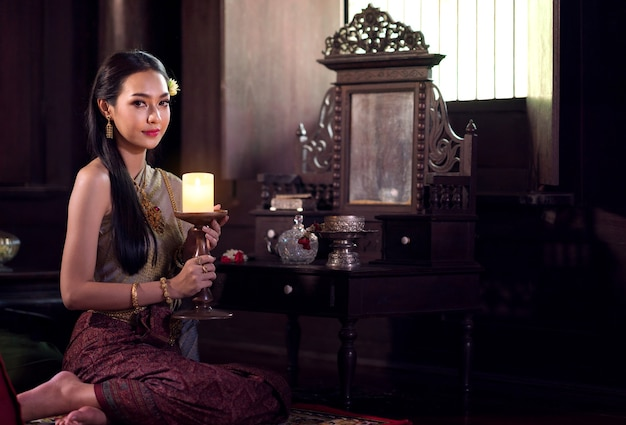 Thaise vrouwen die traditionele kostuums droegen in de oudheid tijdens de ayutthaya-periode