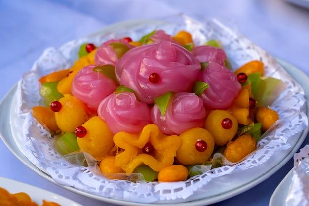 Thaise zoete cake. thais traditioneel dessert in roze roze bloemen gevormd. een van de negen beroemde thaise gunstige desserts in thailand. rozenvorm van khanom chan. detailopname