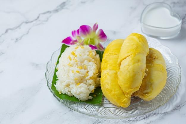Thaise zoete kleverige rijst met durian in een dessert.