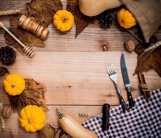 Thanksgiving achtergrond met fruit en groente op hout in de herfst en herfst oogstseizoen. kopieer ruimte voor tekst.