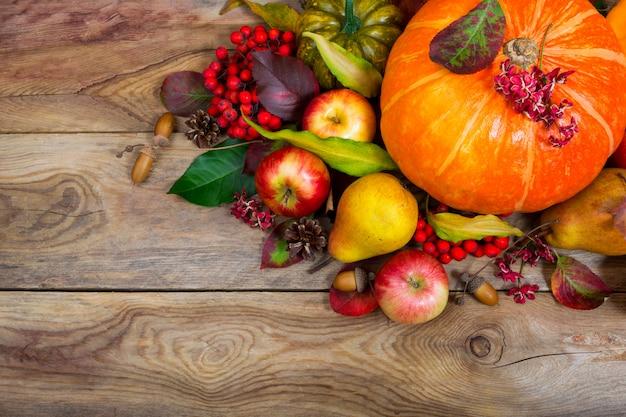 Thanksgiving achtergrond met pompoen, appels, peer tafel middelpunt ,.