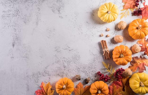 Thanksgiving achtergrondconcept met herfstbladeren pompoen en seizoensgebonden herfstdecor