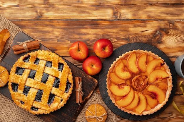 Thanksgiving-bes en appel verschillende taarten op houten oppervlak, bovenaanzicht, kopie ruimte