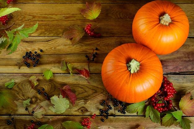 Thanksgiving concept met pompoenen, bessen en appels. herfst achtergrond met seizoensgebonden groenten en fruit.