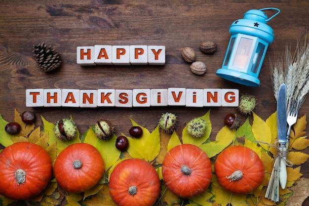 Thanksgiving day concept met pompoenen op houten achtergrond, bovenaanzicht
