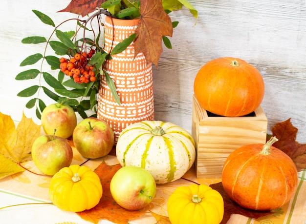 Thanksgiving day met groenten en fruit op tafel. herfstoogst in een tijd van overvloed. gefeliciteerd met de seizoenen