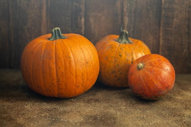 Thanksgiving day of halloween-achtergrond, oranje geoogste pompoenen in de herfst