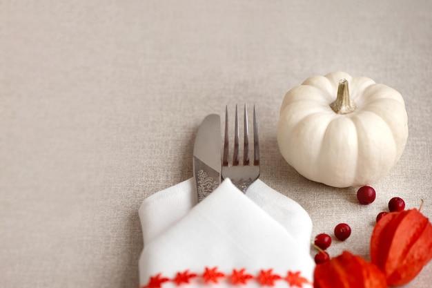 Thanksgiving day of halloween couvert met mini witte pompoenen