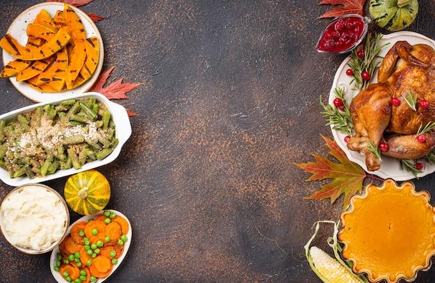 Thanksgiving day traditioneel diner. gebakken kalkoen, pompoentaart, sperziebonenbraadpan en aardappelpuree