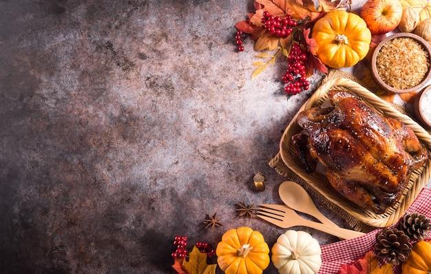 Thanksgiving diner achtergrond concept met geroosterde kalkoen en alle kanten gerechten