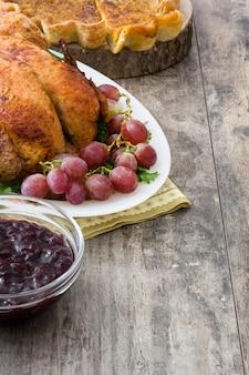 Thanksgiving-diner op rustieke houten. kopieer ruimte