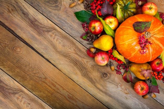 Thanksgiving groet achtergrond met pompoen, appels, peer ,.