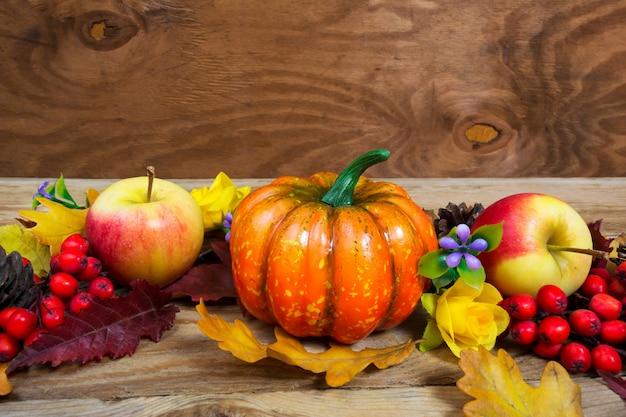 Thanksgiving groet met pompoen, appel, lila bloemen en rowan