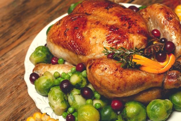 Thanksgiving kalkoen of kip voor een feestelijk diner eten tafel achtergrond met herfst seizoensspeci...