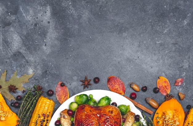 Thanksgiving kalkoen of kip voor een feestelijk diner eten tafel achtergrond met