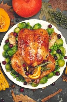 Thanksgiving kalkoen of kip voor een feestelijk diner eten tafel achtergrond