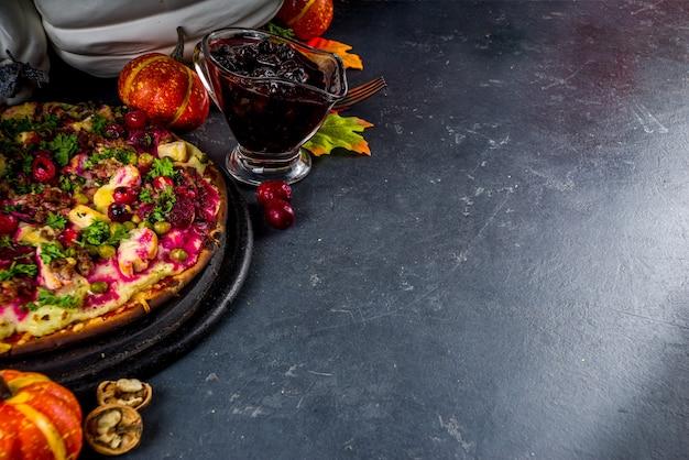 Thanksgiving leftover pizza, klassieke kalkoentaart of sandwich in de vorm van pizza