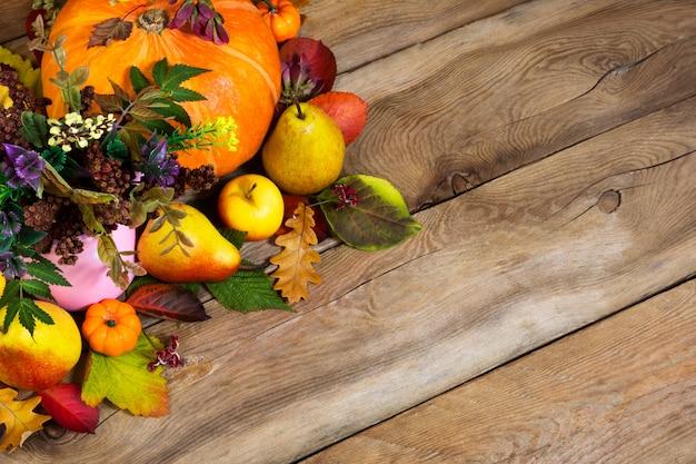 Thanksgiving met rijpe pompoen, peren en herfstbladeren